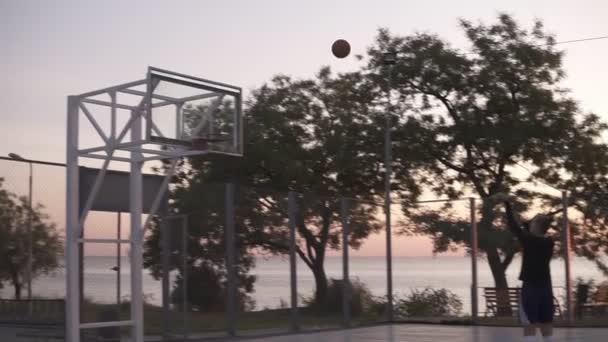 4d5c1e4055 Handhelded imagens de jovem em calções e meias brancas golf dar um tiro  para o basquete