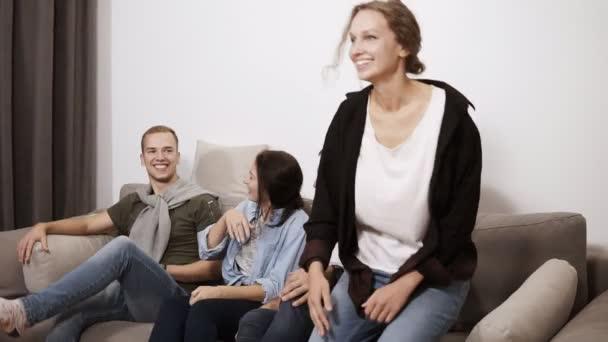 Barátság, kommunikáció, buli - vidám kaukázusi meg beszél, szórakozás, bent a fotelben ülve, és nevetve