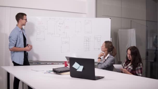 Obchodní tým o projekt nebo nápad, sedí v kanceláři, partneři pracují společně, analýza finanční zprávy, najít efektivní řešení firemní zasedání
