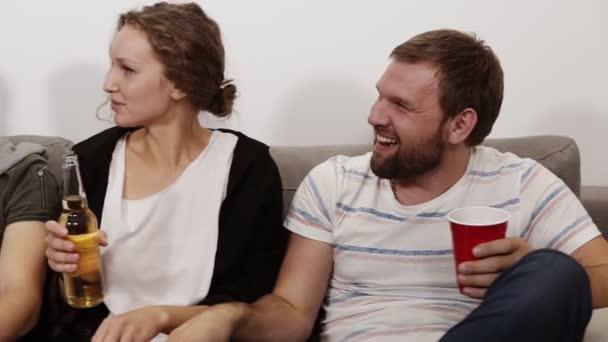 Zár megjelöl egy jó barátok lógni, együtt beltéri felvétel. Ül a kanapén, ivás, pattogatott kukoricát eszik és iszik. Barátság, kommunikáció, buli