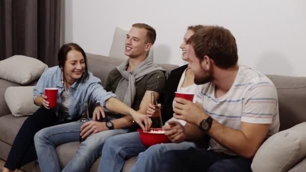 Zár megjelöl egy jó barátok lógni, együtt beltéri felvétel. Ül a kanapén, ivás, pattogatott kukoricát eszik, és iszik sört vagy kólát. Barátság, kommunikáció, buli