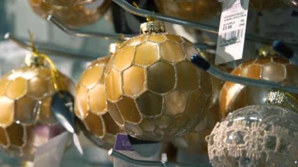 Vánoční trh. Vánoční dekorace. Barevné vánoční koule