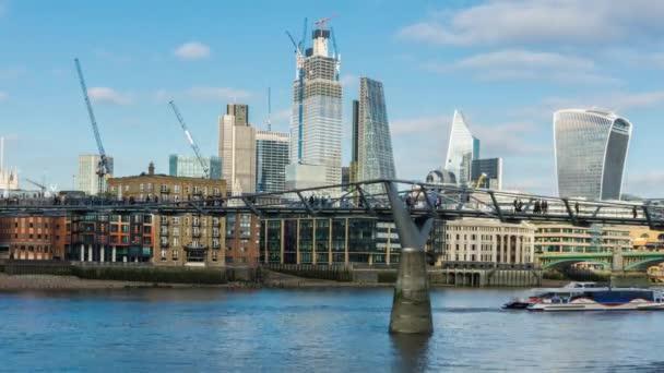 Denní londýnské panoráma, Millennium Bridge, Temže, lidé chodit. Londýn, Velká Británie