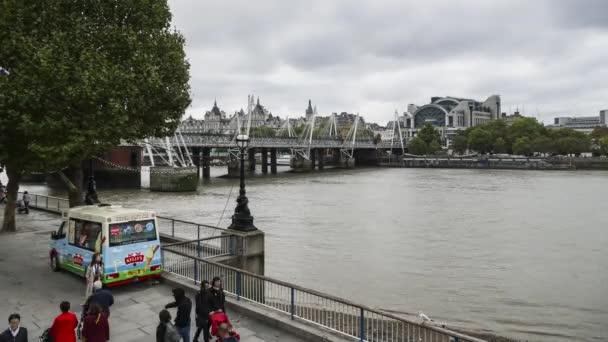 Den čas Charing Cross station, Hungerford Bridge, řeku Temži, pěší promenáda, zmrzlina truck