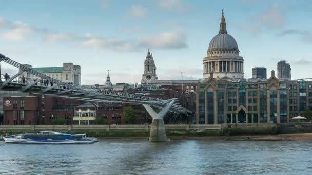 Den čas Millennium most, St. Pauls cathedral, City of London School. Londýn, Velká Británie.