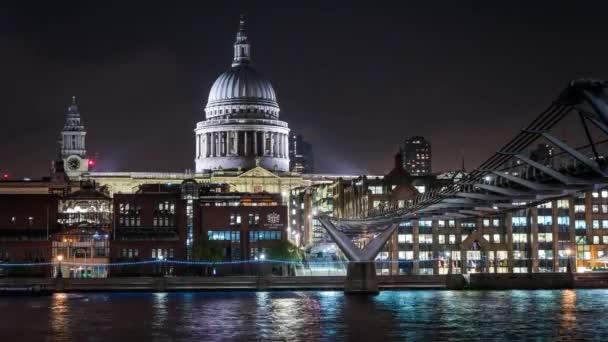 Noční časová prodleva London Millennium Bridge a St. Pauls Cathedral
