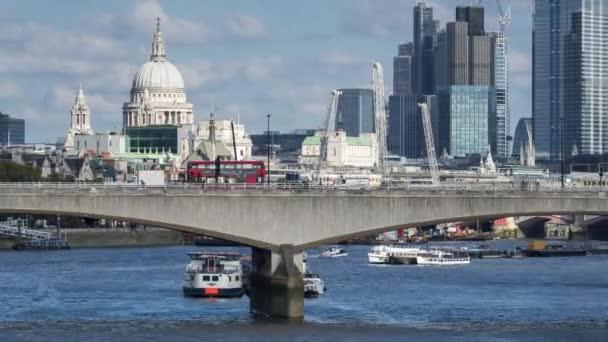 Mrakodrapy města Londýna, londýnského finančního okrsku, v prvním místě s Waterloo Bridge. Čas se propadá. Londýn, Velká Británie.