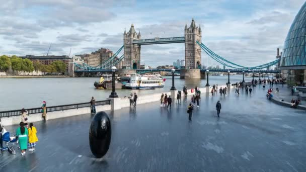 Denní den Londýn Tower Bridge, promenádní řeka Temži, socha černého vajíčka, časová prodleva