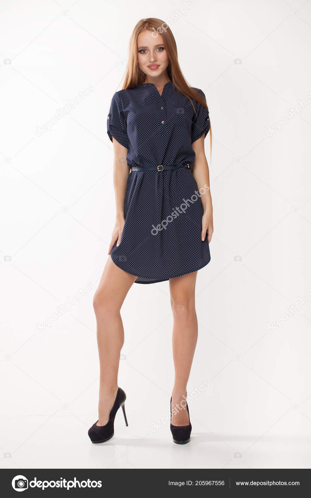 fc041ba8f515 Ritratto di una ragazza bellissima in un abito estivo leggero. isolato su  sfondo bianco– immagine stock