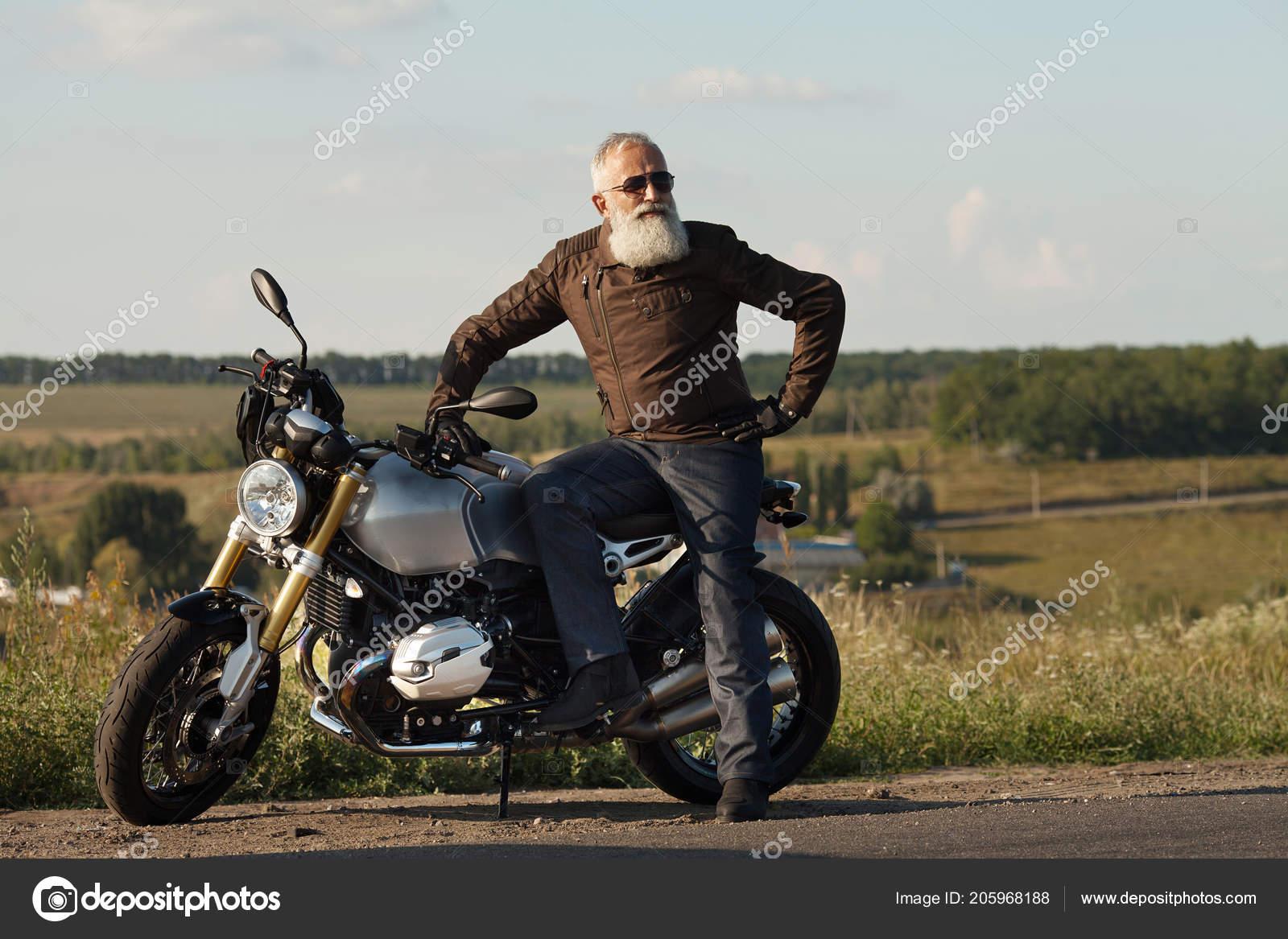 Gafas Vestido Motorista Chaqueta Una Con Viejo Sol Cuero Sentado qfnYRY