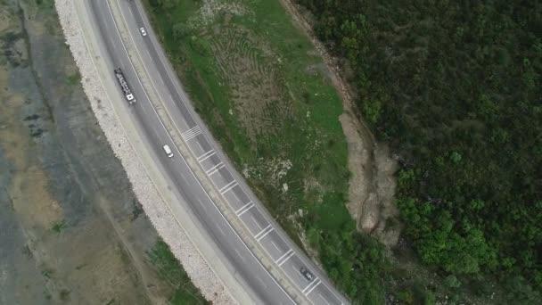 Letecký pohled na zelené louky a silnice