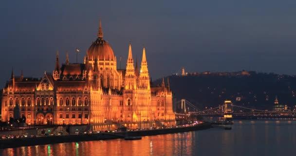 A magyar Parlament éjszakai megtekintése