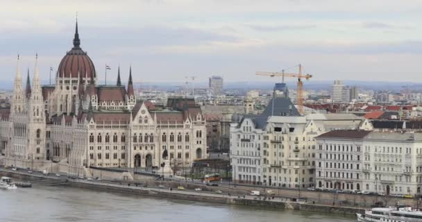 A Parlament épülete a Duna-parton Budapesten