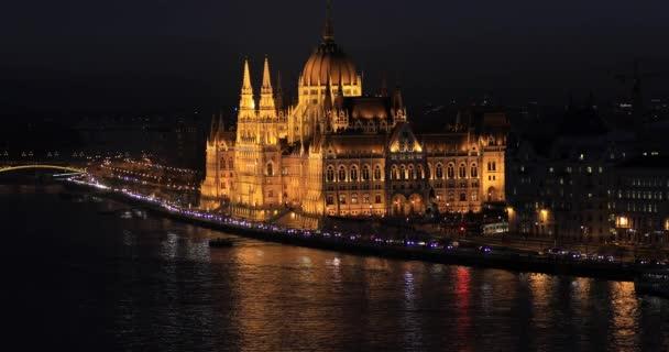 Budapesti légi-és napnyugta kilátás a Lánchíddal a Dunán