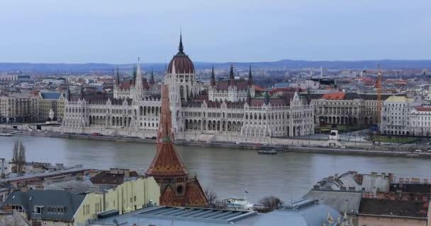A budapesti óváros megtekintése a Parlament épületén keresztül
