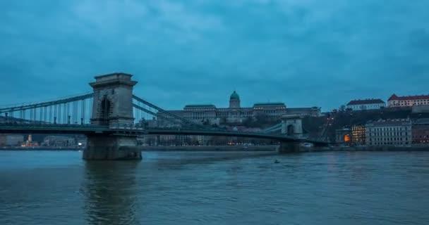 Naplementekor Budapesten kilátás a Lánchíddal a Dunán