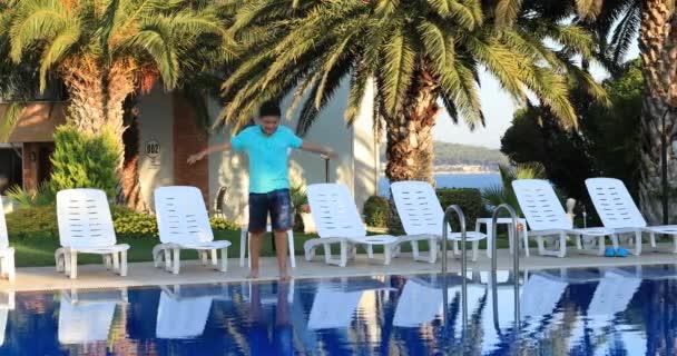 mladík skočil do bazénu