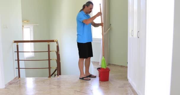 muž s mop čištění podlahy doma