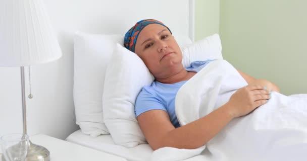 Schmerzhafter Krebspatient liegt im Krankenhauszimmer auf Bett