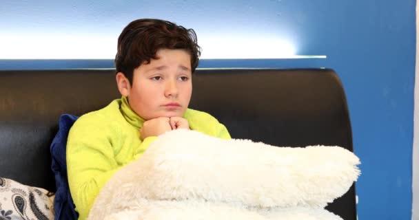 Ritratto di un ragazzo del preteen infelice ubicazione sul letto da solo