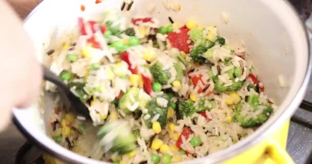 Fagyasztott zöldségek és rizs sütés paradicsommártásban a potban