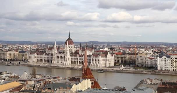 Budapest, Magyarország-január 17, 2019: Time lapse Légifotók az épületeknél, Duna folyó és híd a régi városban Budapesten