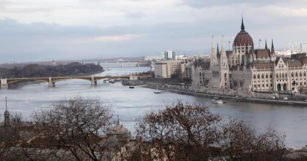 A városra néző kilátással Budapest belvárosában a Parlament épületén és hídjai