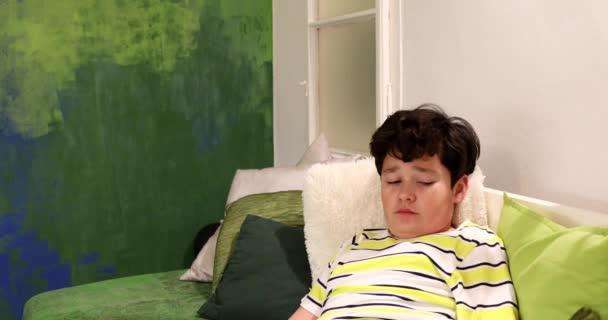 Ritratto di un ragazzo adolescente annoiato