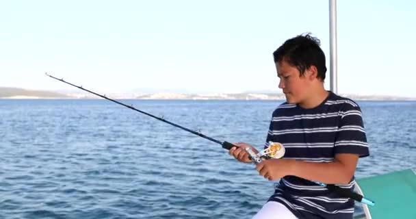 Školní chlapec lovící na loďce na letních prázdninách 5