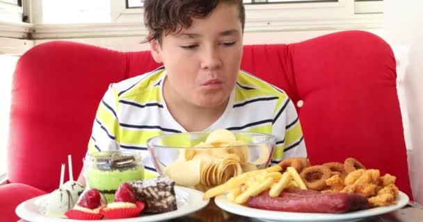 Mladý chlapec má rád podřadné potraviny 2