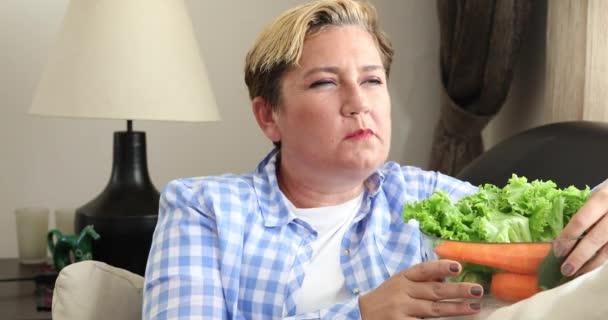 Táplálkozás fogalom Friss egészséges zöldségeket fogyasztó nő 2
