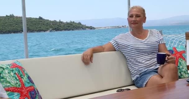 Portrét klidné ženy turistické ženy na luxusní jachtě relaxační a rozhlíží se po letních prázdninách