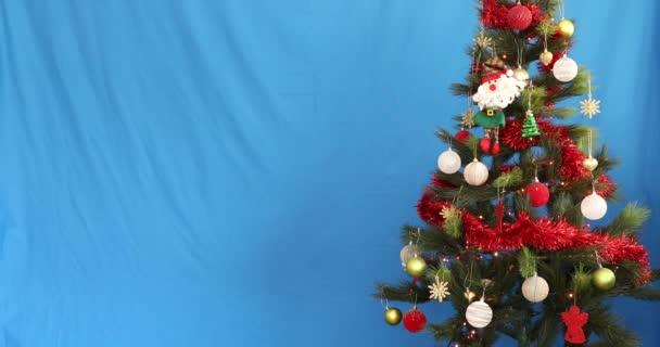 Díszített karácsonyfa kék képernyőn chroma kulcs háttér