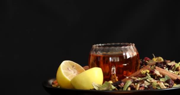 Šálek zdravého čaje s různými druhy sušených bylin a květin