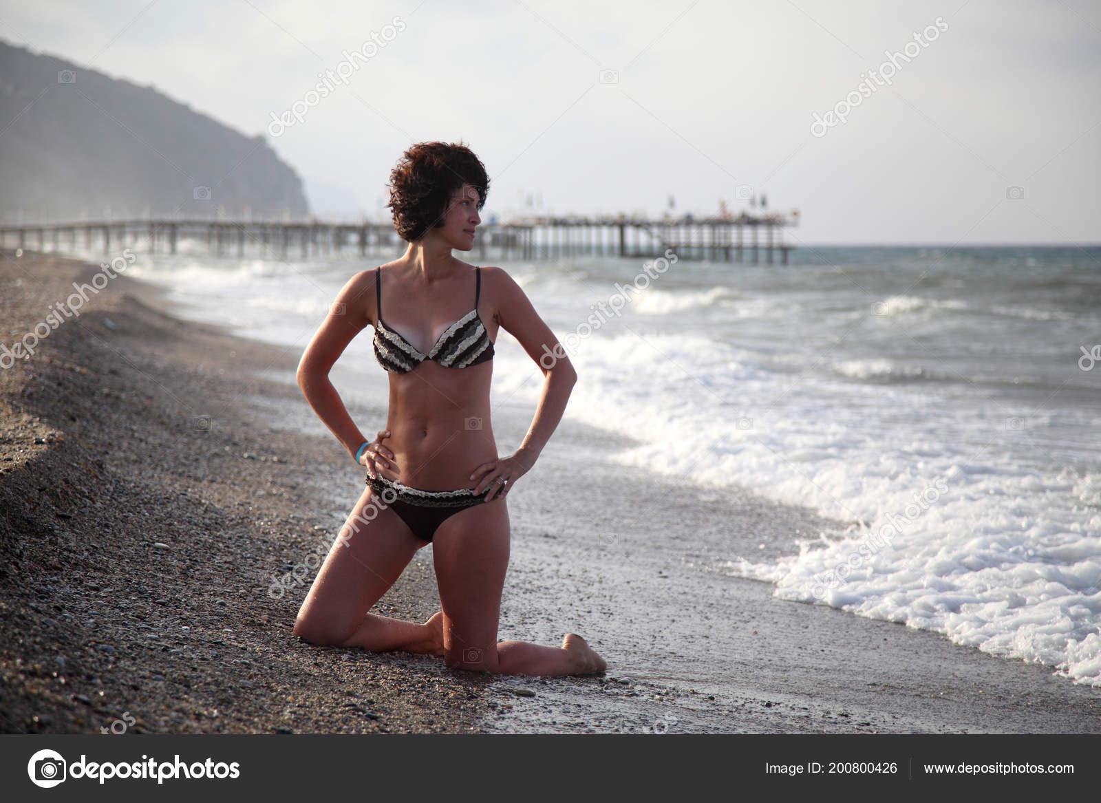 pozirovat-na-fone-more-goryachie-popki-latinok-foto-porno
