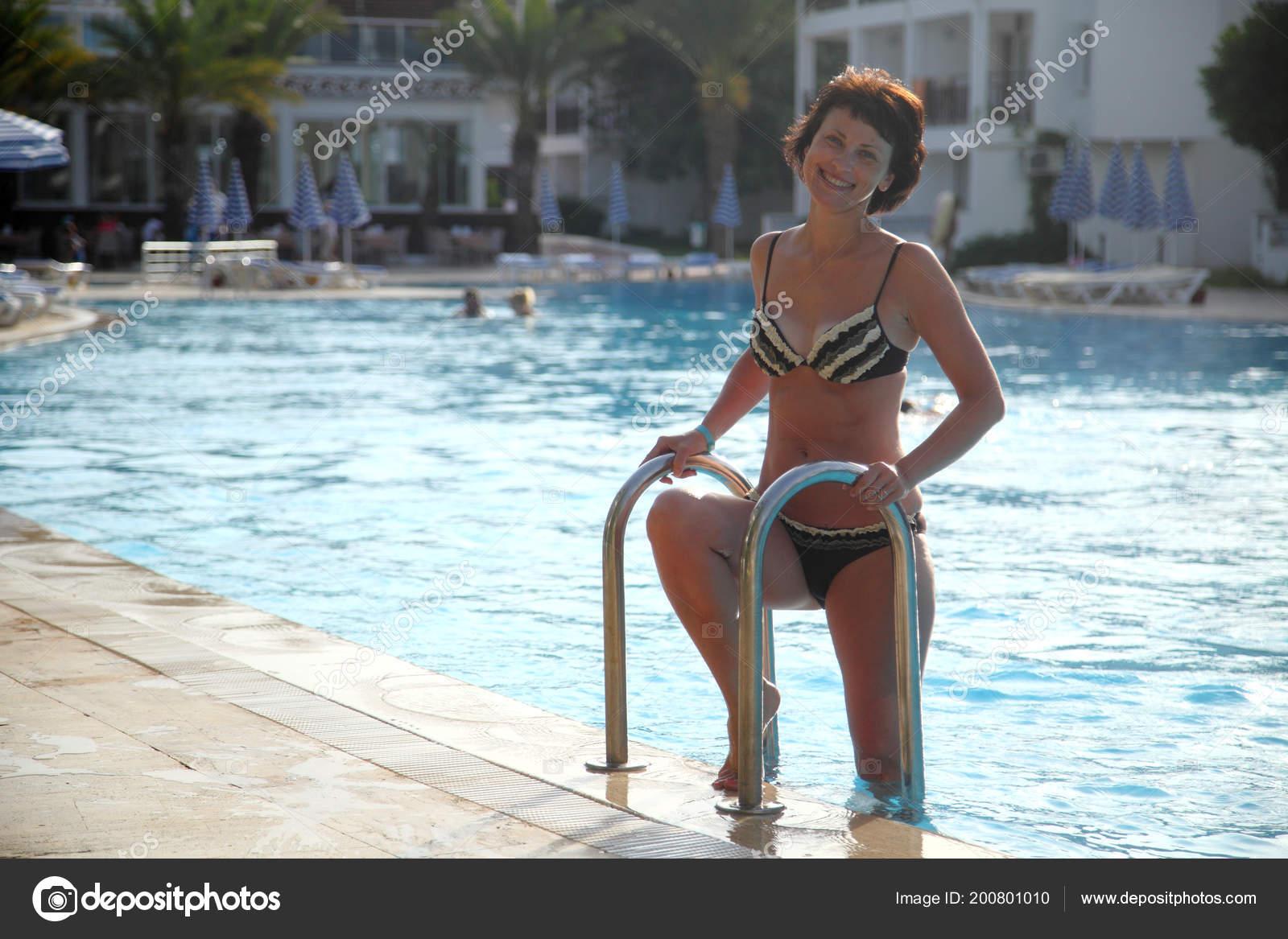 Schöne Reife Frau Posiert Für Die Kamera Vor Dem Hintergrund