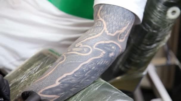 Tatuaggio del salone. Tatuatore lavora. Artista del tatuaggio fare tatuaggio presso lo studio