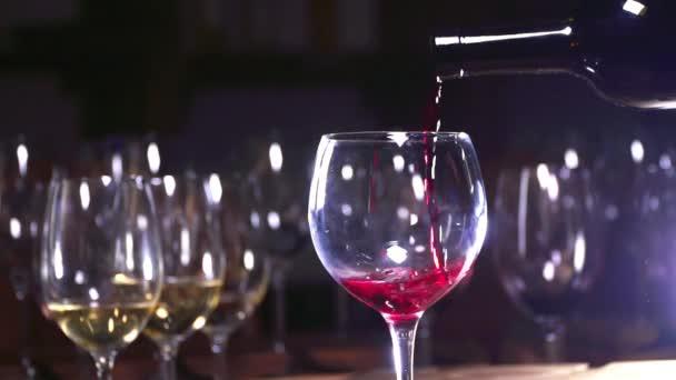 Produkce vína. Červené víno je krásně nalil do sklenice. Zpomalený pohyb.