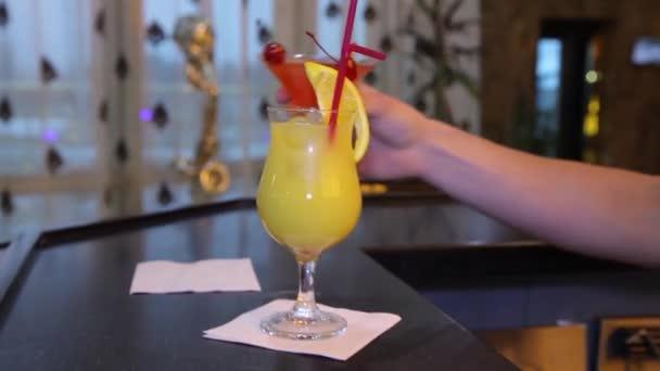 Bar. Cocktails stehen an der Bar. Cocktails auf dem Tisch. Cocktails.