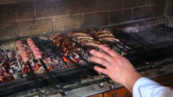 Vaření masa na uhlí. Kebab na jehle vařené na uhlí v kouři. Pečené maso na ohni. Pečené maso hovězí vaření