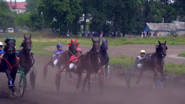 Uljanovsk, Rusko - 29 července 2018. Soutěže pro klusu koňské dostihy. Začněte jezdci s klusáky. Zpomalený pohyb