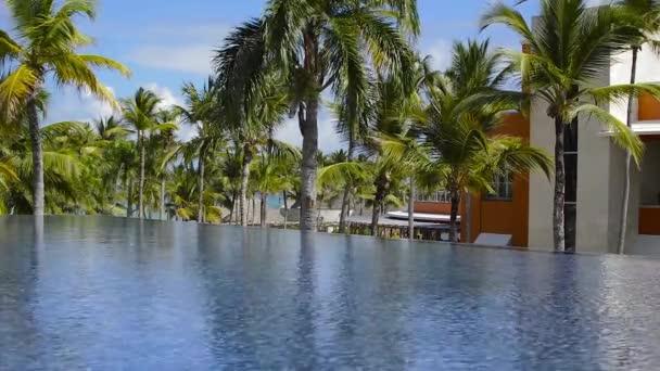 Stavby mezi palmami v letovisku Punta Cana