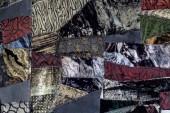 Tmavě zbarvená barevná textura struktury saka s abstraktními vzory