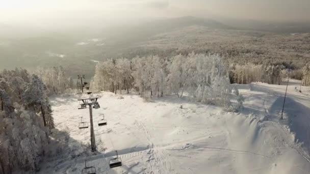 horní pohled na Les ruské Čeljabinsk: stromy, pole, lyžařské středisko, sestup a lyžařský vlek
