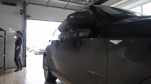autoopravárenství, reklama, Moskva, 1.11.2018 Bmw: Bmw motor company odznak na frontě od černé auto. BMW je německý automobilový, motocyklový a motoru, výrobní společnost, založená v roce 1916
