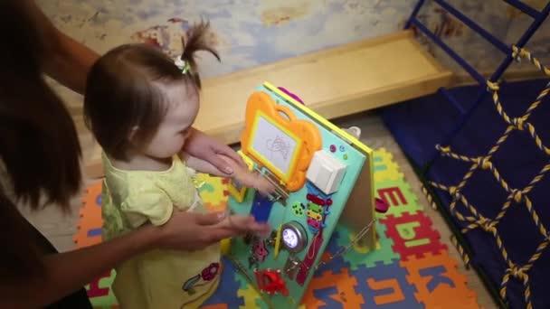 Hračky pro školky a školky dítě. malá dívka si hraje s vzdělávací hračka