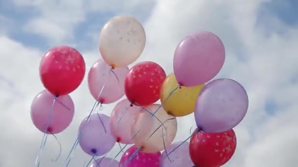 barevné heliové balónky na obloze. Koncept šťastného dne narození v létě a na svatbě, svatební hostinu na pozadí. Styl barevného tónu