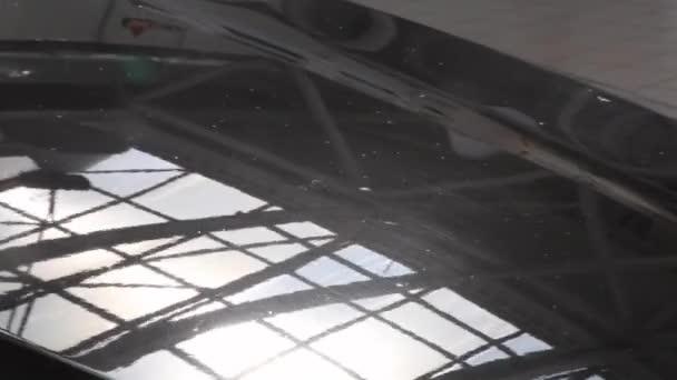 kovového povrchu vozidla a světlometů. Blue Pearl barvy na auto