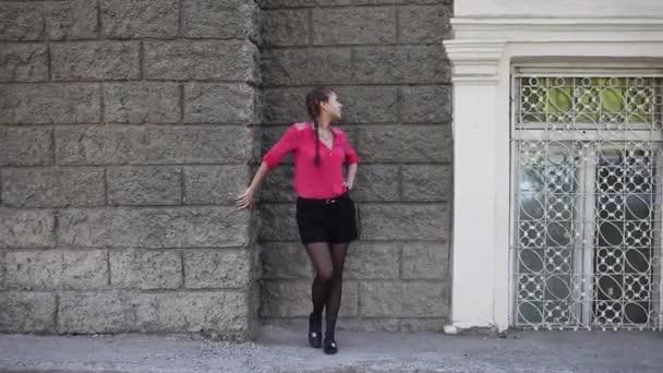 krásná Asijská dívka, která pózala proti zdi v opuštěné budově. Model při fotografování ve městě
