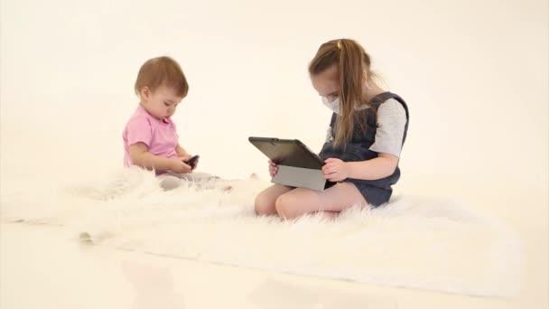 1. September: Vorbereitung der Kinder auf die Schule. Epidemie: ein Kind in einer medizinischen Maske, um aus der Ferne zu lernen. Ein krankes Mädchen hinterlässt einen Laptop